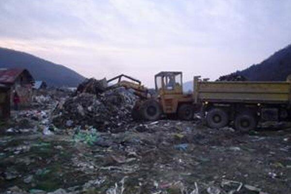 Za domami vosade nakopili obyvatelia tony odpadkov. Pred Vianocami odtiaľ Technické služby vyviezli 390 ton.