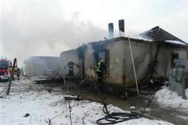 Dom v plameňoch. Požiar likvidovali hasičské jednotky z Michaloviec a Veľkých Kapušian.