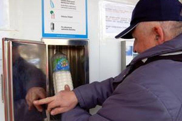 Pravidelní návštevníci. Pri automate sa cez deň striedajú stovky ľudí. Všetci sa zhodli, že nie je mlieko ako mlieko.