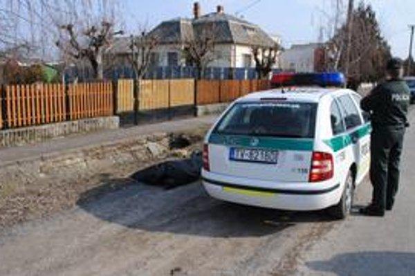 Miesto nešťastia. Telo otca dvoch detí našli v kanáli v blízkosti cesty.