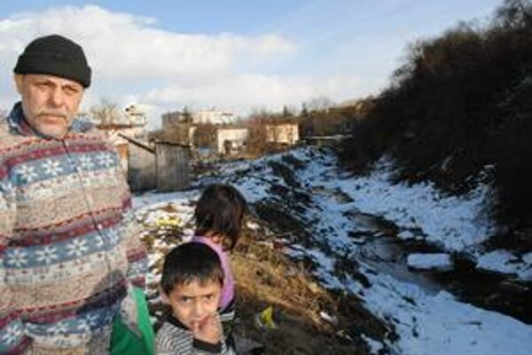 Nebezpečný. Tak vnímajú obyvatelia z Kostrubáňa Malý Tarnovský potok. Niekedy vraj stačí pár minút na to, aby sa tadeto po búrke prihnala voda z Vihorlatských kopcov a brala všetko, čo vidí v ceste.