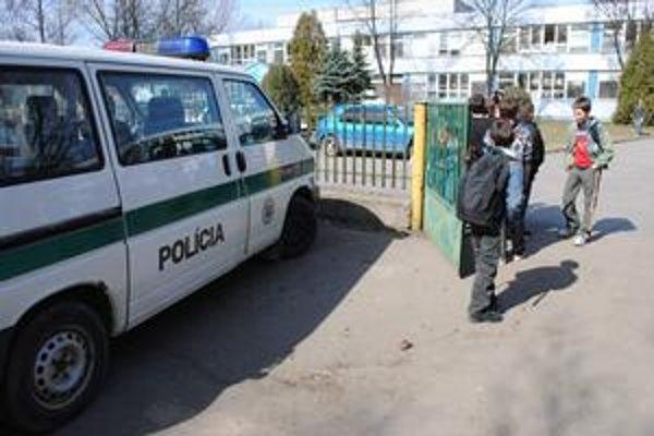 V strehu. Pred školami hliadkovali policajti v uniformách aj v civile.