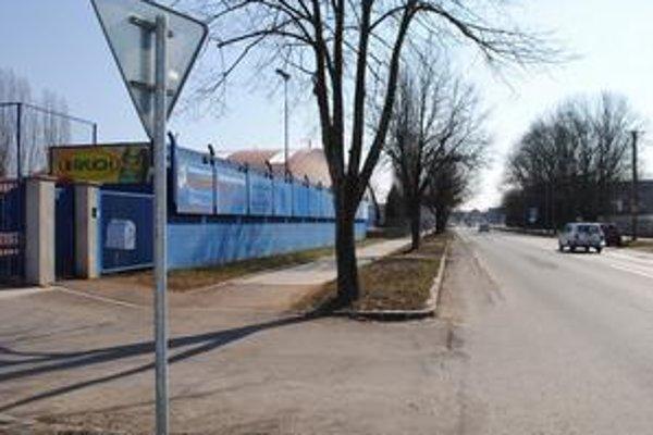 Dopravné značky. Mesto ich osadilo aj pred brány firiem a výjazdov z parkovísk.