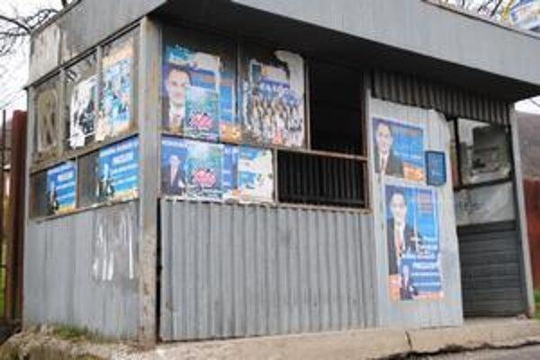 Autobusová zastávka dnes. Hoci je dávno po župných voľbách, plagáty už nikto neodlepil. Pri ďalších voľbách by to tak už vyzerať nemalo.