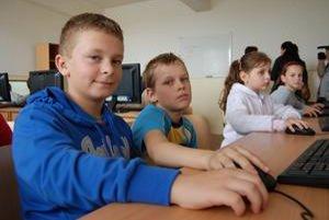 Deti sa tešia najviac. Bežovčan Jaroslav Kontra a jeho kamarát zo Záhora si pochvaľujú nové učebne, počítače aj vynovené triedy.