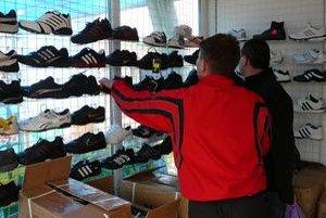 Slováci nakupujú najmä lacný alkohol, športovú obuv a oblečenie.