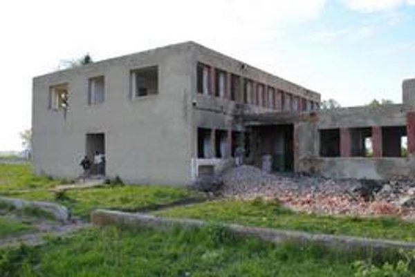 Kultúrny dom. Starosta hovorí, že jeho rozkradnutiu nemohli zabrániť. Dom chce obec zrekonštruovať.