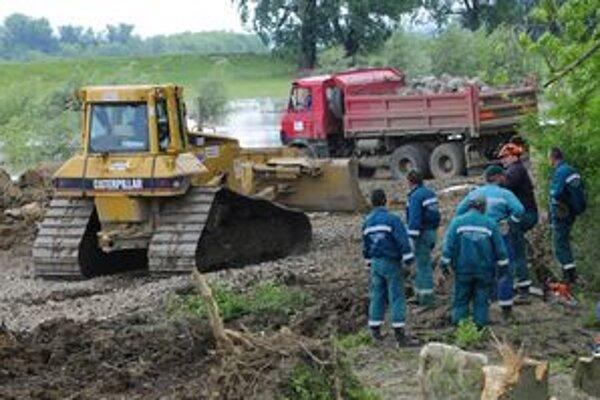 Ťažká technika pracuje na pretrhnutej hrádzi Ondavy pri obci Hraň.