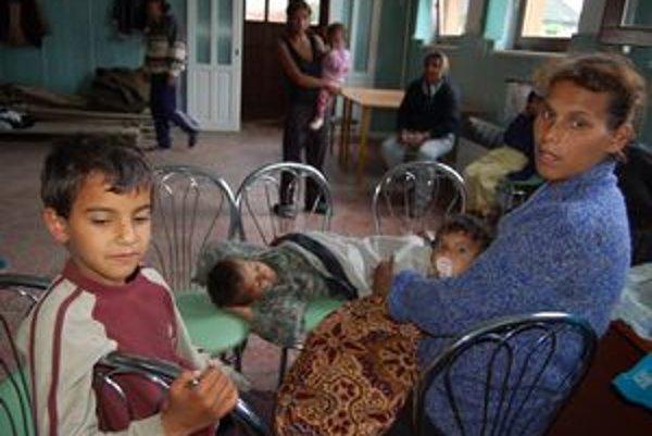 """Erika Korová z Markoviec so svojimi 6 deťmi utekala z domu okolo jedenástej v noci: """"Bosí alebo sme topánky potratili cestou. Ale zvládli sme to."""" Podobne dopadli aj ostatní - spolu ich do kultúrneho domu evakuovali 134, z toho 68 detí."""