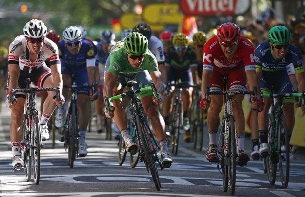 Peter Sagan zdolal Alexandra Kristoffa (v červenom) v tesnom súboji.
