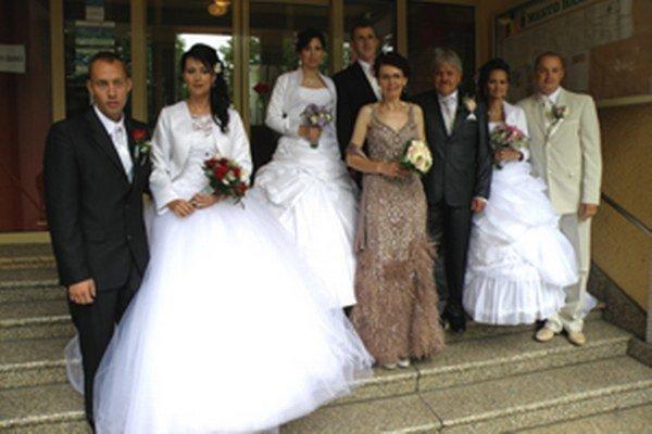 Štyri manželské páry.