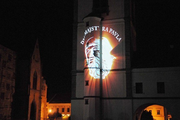 Portrét Majstra Pavla z Levoče premietaný v rámci videomappingu na stenu zvonice.