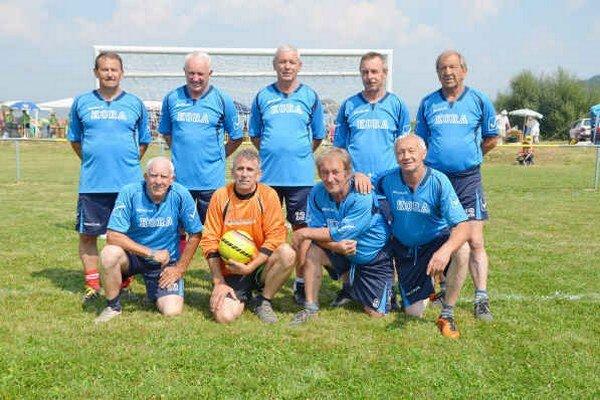 Najstarší účastníci. Na domaňovskom turnaji si zahrali aj bývalí výborní futbalisti. V hornom rade uprostred František Kunzo.