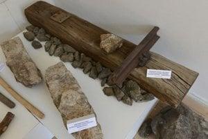 Na snímke vpravo hore je podval s časťou koľajnice z banskej železnice Roztoky – Markušovce.
