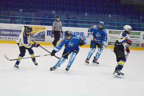 Susedské derby. V sobotu bojovali o majstrovské body žiaci hokejových tried Spišskej Novej Vsi a Popradu.