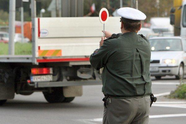 Vodiča zastavili hneď za obcou.