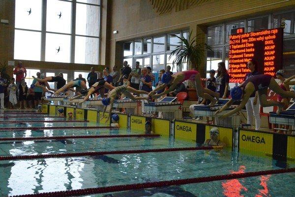 Plavecké preteky pre najmenších. V spišskonovoveskom bazéne sa predstavili mladí plavci zpätnástich slovenských klubov advoch zahraničných zBieloruska aUkrajiny.