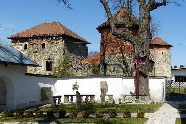 Horný kaštieľ vMarkušovciach. Chránili ho bašty.
