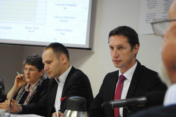Primátor Milan Majerský (v popredí) na rokovaní mestského zastupiteľstva.