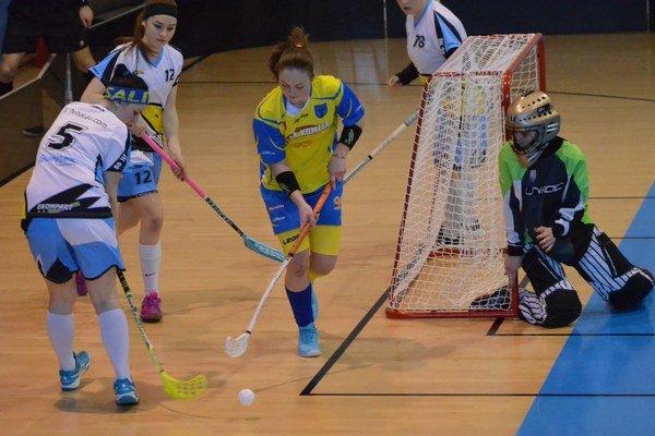 ZKométy štyri reprezentantky. Na majstrovstvá sveta junioriek do Kanady boli nominované štyri hráčky Kométy Spišská Nová Ves. Zdravotný stav nedovoľuje hrať Paulíne Hudákovej (uprostred).