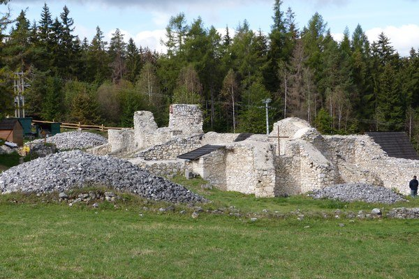 Zakonzervované základy kláštorného kostola. Kostol bol najvýznamnejším objektom kláštora.