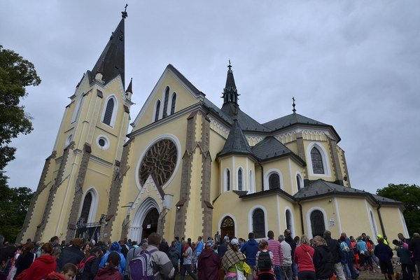 Veriaci pred Bazilikou Navštívenia Panny Márie na Mariánskej hore počas Levočskej púte 2016 v mimoriadnom svätom roku milosrdenstva.