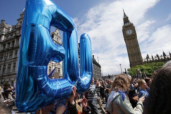 Odporcovia brexitu demonštrovali pred britským parlamentom v Londýne.