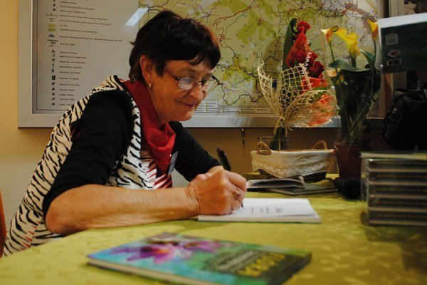 Autorka A. Leskovjanská. Pri podpisovaní svojej knihy.