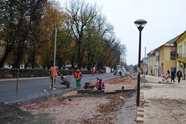 Rekonštrukčné práce námestia. Dokončené by mali byť do konca októbra.