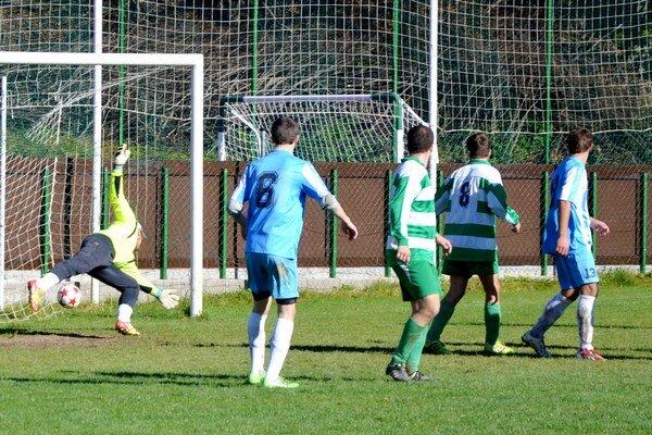 Rozhodujúci tretí gól. Brankár Jamníka Kavulič v 79. minúte takto inkasoval tretí gól a V. Folkmar B zvíťazil 3:1.