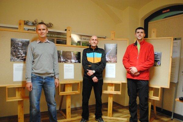 Víťazi troch fotografií. Zľava J. J. Cisár, M. Dunajský a  P. Dobrovský.