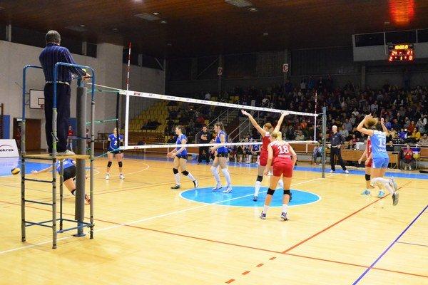 Posledná lopta a nasledovali oslavy. Historická chvíľa spišskonovoveského volejbalu – Spišiačky porážajú Sláviu.