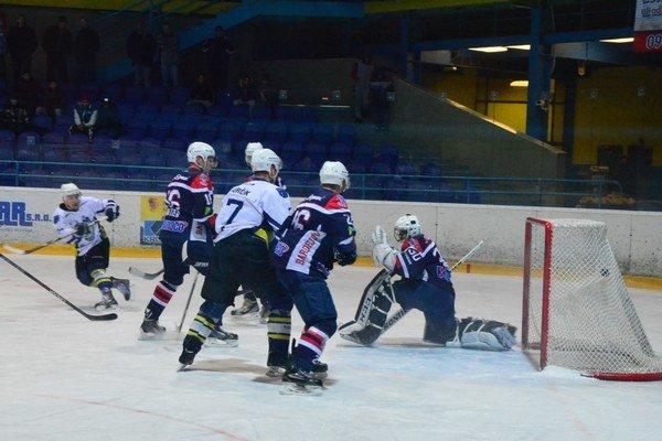 Pozor, páli kanonier Smotrila. Tretie víťazstvo nad Bardejovom vystrieľal Richard Smotrila (celkom vľavo v bielom), na snímke strieľa svoj prvý gól.
