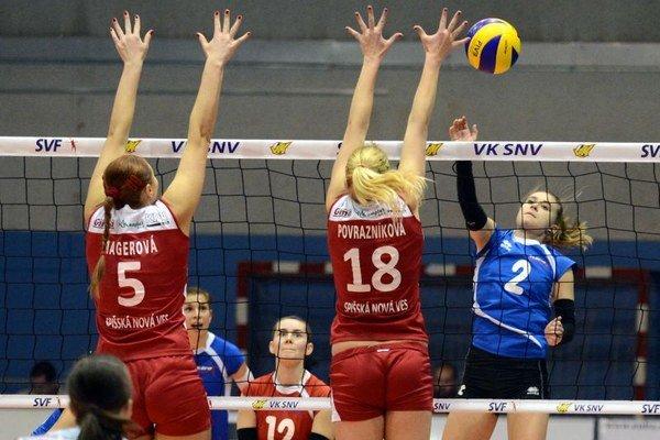 Na snímke vpravo smečuje hráčka Slávie EU Bratislava Diana Mitrengová, zľava blokujú hráčky VK Spišská Nová Ves Ganna Magerová a Ivana Povrazníková.