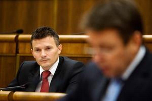 Ministrovi financií Jánovi Počiatkovi včera v parlamente prešli nižšie dane.