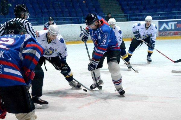Rozhodne piaty zápas. Stav série Spišiakov a Liptákov je na zápasy 2:2. Rozhodnutie padne v pondelok na spišskonovoveskom ľade.