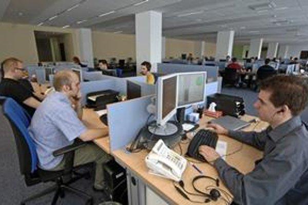 Firmy sa snažia ušetriť náklady. Niektoré už presťahovali call centrá, viaceré nad tým vraj uvažujú.