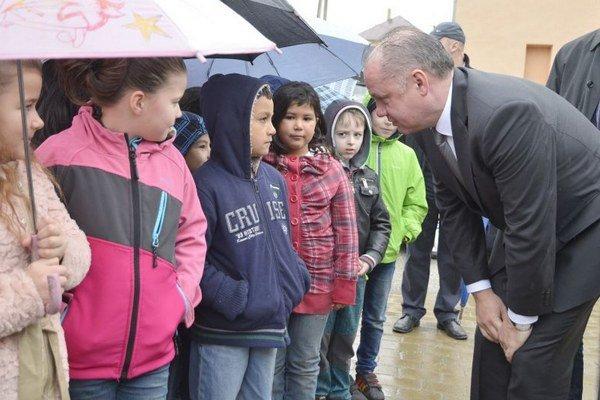 Prezident SR Andrej Kiska (vpravo) počas príchodu do obce Spišský Hrhov v rámci pracovného výjazdu pri príležitosti Medzinárodného dňa Rómov.
