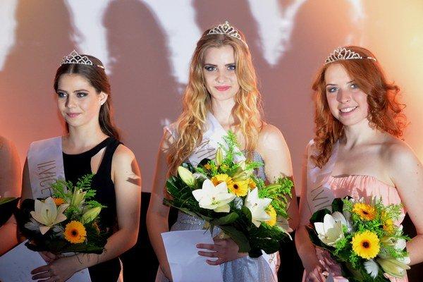 Trojica najkrajších. Miss SPgŠ v Levoči sa stala Alžbeta Lorencová (uprostred).