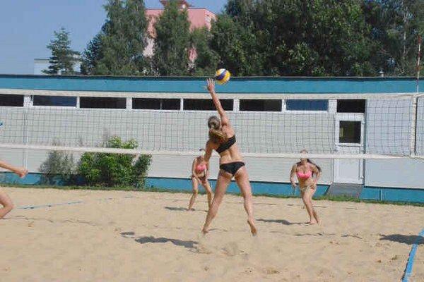 Volejbal na piesku. Letná horúčava a kvalitné výkony sprevádzali tradičný volejbalový turnaj.