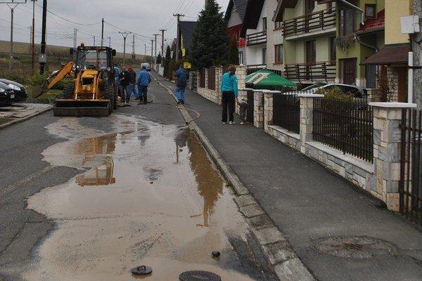 Ulica Záhradky. Poruchy na vodovodnom potrubí sú tu pravidelne.