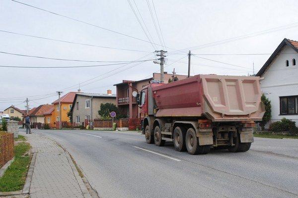 Nákladná doprava premáva počas dňa často.
