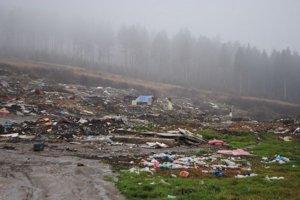 Nelegálna skládka. Je tu asi tisíc ton odpadu.