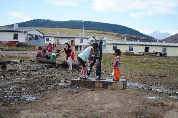 Život v novej osade. Ľudia si na nové podmienky zvykli.