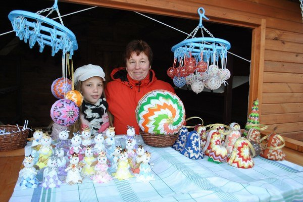 Terézia s dcérou. Jej vianočné dielka z patchworku sú neprehliadnuteľné.