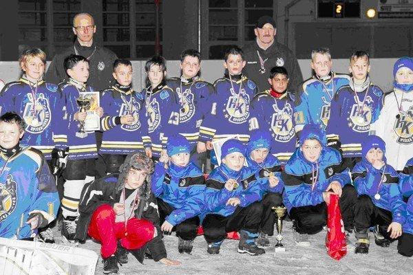 Na Vianoce víťazne. Hokejoví žiaci U10 na domácom turnaji nenašli premožiteľa. Obe novoveské družstvá obsadili prvé dve miesta.