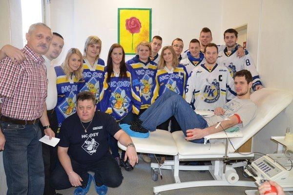 Hokejová krv. Po prvý raz hokejisti a hokejistky Spišskej Novej Vsi spoločne darovali krv.