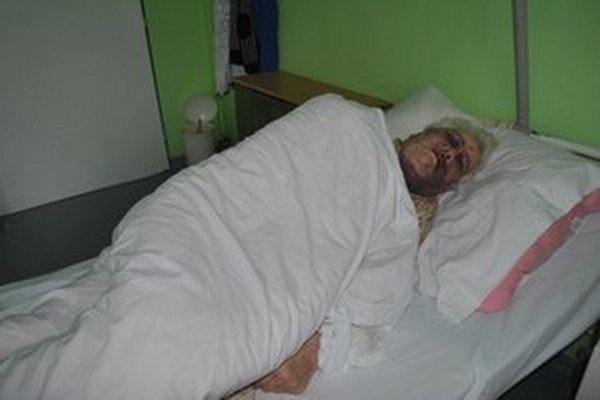 Viliam z Mníška má po vyčíňaní útočníkov poriadne dobitú tvár. Skončil v nemocnici.