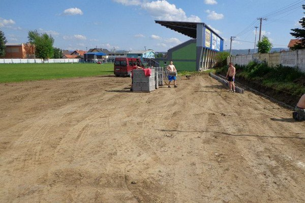 Pracovný ruch. V Smižanoch začali s výstavbou nového ihriska.