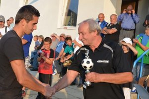 Spokojný šéf. Helcmanovce budú v krajskej súťaži aj v ďalšej sezóne. Najväčšiu radosť má z toho predseda klubu Jaroslav Pisko (vpravo).